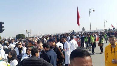 """Photo of المشاركون في مسيرة """"أساتذة التعاقد"""" يعرقلون السير ويتخطون الحواجز الأمنية بالقوة"""
