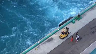 Photo of شاهد لقطات صادمة لسفينة سياحية تترك زوجين بعد تأخرهما