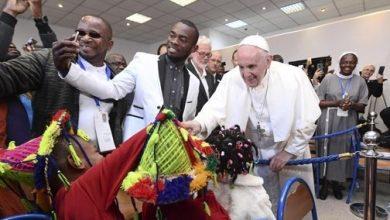 "Photo of قداسة البابا فرانسيس يلتقي مهاجرين نظاميين من إفريقيا جنوب الصحراء بمقر الجمعية الخيرية ""كاريتاس"""