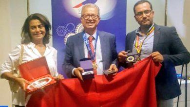 Photo of الأستاذ الباحث كمال الديساوي يحصل بلندن على وسام من درجة فارس في مجال البحث العلمي والابتكار