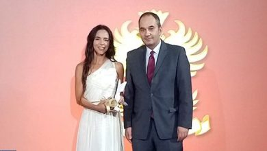 "Photo of أثينا: المغربية ليلى غاندي تفوز بجائزة ""هو إيز هو"""