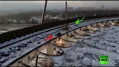 Photo of فيديو يحبس الأنفاس: انهيار سقف مجمع رياضي في بطرسبورغ أثناء وجود عمال عليه لتفكيكه