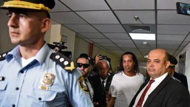 Photo of صورة: الابتسامة لا تفارقه.. أول صورة لرونالدينيو من داخل السجن في باراغواي