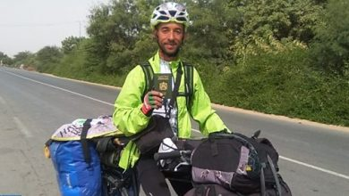 Photo of بورتريه: مغربي يجوب العالم على متن دراجة هوائية حاملا رسالة سلام