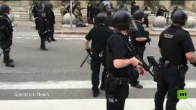 "Photo of فيديو: إصابة محتج عمره 75 عاما برأسه بعدما دفعه شرطيان في ""بافلو"" بولاية نيويورك"