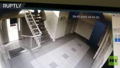 Photo of فيديو: طفلة تبدي مقاومة كبيرة وتمنع رجلا من خطفها