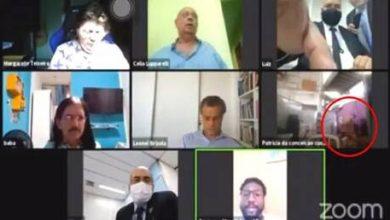 Photo of فيديو: علاقة حميمة على المباشر..خلال اجتماع حكومي عن بعد