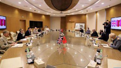 Photo of وزير القوات المسلحة البريطانية يُستقبل على التوالي من طرف لوديي والجنرال الوراق والجنرال محمد حرمو