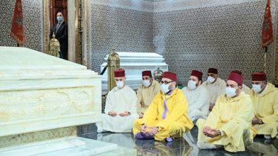 Photo of صور: أمير المؤمنين الملك محمد السادس يترحم على روح جلالة المغفور له الملك محمد الخامس