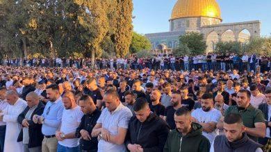 Photo of فيديو: عشرات الآلاف من الفلسطينيين يؤدون صلاة عيد الفطر بالمسجد الأقصى