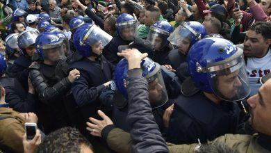 "Photo of مرة أخرى.. قوات أمن النظام الجزائري تمنع مسيرات ""الحراك الشعبي"""