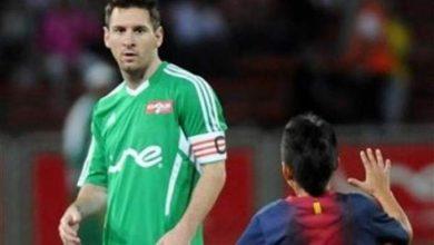Photo of بالصور.. طفل برشلوني يفاجئ ميسي في الملعب