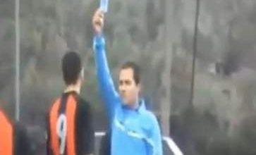 Photo of لاول مرة في تاريخ كرة القدم حكم يشهر بطاقة زرقاء في وجه لاعب