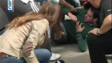 Photo of فيديو: صحافي يسقط أرضا على الهواء مباشرة