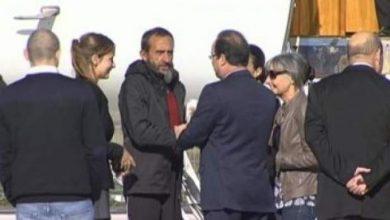 Photo of الرهائن الفرنسيون المفرج عنهم بالنيجر يصلون إلى باريس