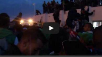Photo of فيديو  هجوم الجمهور على ملعب أڭادير بتسلق الجدران
