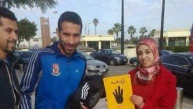 """Photo of حقيقة اعتقال الفتاة المغربية صاحبة شعار """"رابعة"""" والصورة رفقة اللاعب """"أبو تريكة"""""""