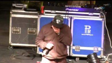 Photo of فيديو : مسلم يؤدي أغنية 'المرحوم' على خشبة المسرح وهو يبكي