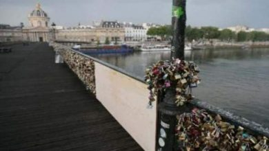 "Photo of بلدية باريس تطلب من السياح استبدال ""اقفال الحب"""
