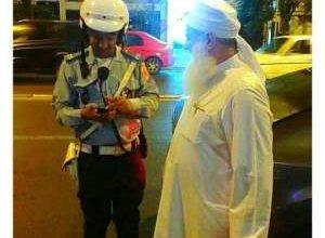 Photo of شرطي مغربي يوقف الشيخ حسين يعقوب لأخذ رقم هاتفه.