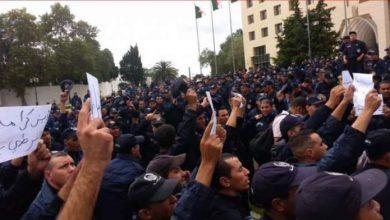 """Photo of الجزائر.. رجال الشرطة """"يواصلون"""" احتجاجاتهم"""