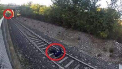 Photo of مراهق يتحدى قطار