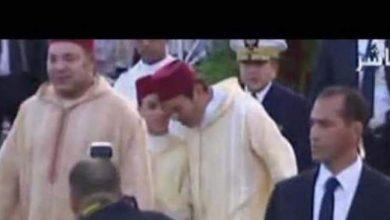 Photo of لقطة طريفة : مولاي الحسن يمازح عمه مولاي رشيد في حفل زفافه