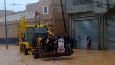 Photo of تراكس ينقل المواطنين وسط فيضانات تزنيت