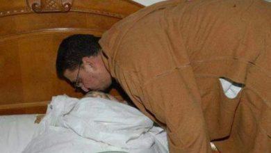 Photo of بالصورة: محمد عبد الوهاب الرفيقي في قبلة وداع على جبين الراحل عبد الله باها