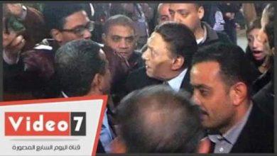 """Photo of بالفيديو..عادل إمام يعنف شاب حاول التقاط """"سيلفي"""" معه بعزاء نادر جلال"""