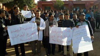 Photo of العنف المدرسي مستمر .. أساتذة بإقليم أزيلال يحتجون بعد تعرض زميلهم لاعتداء من طرف تلميذ